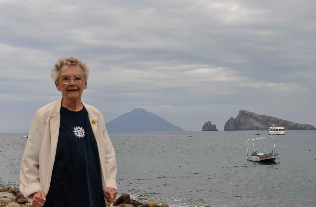 Stromboli im Hintergrund